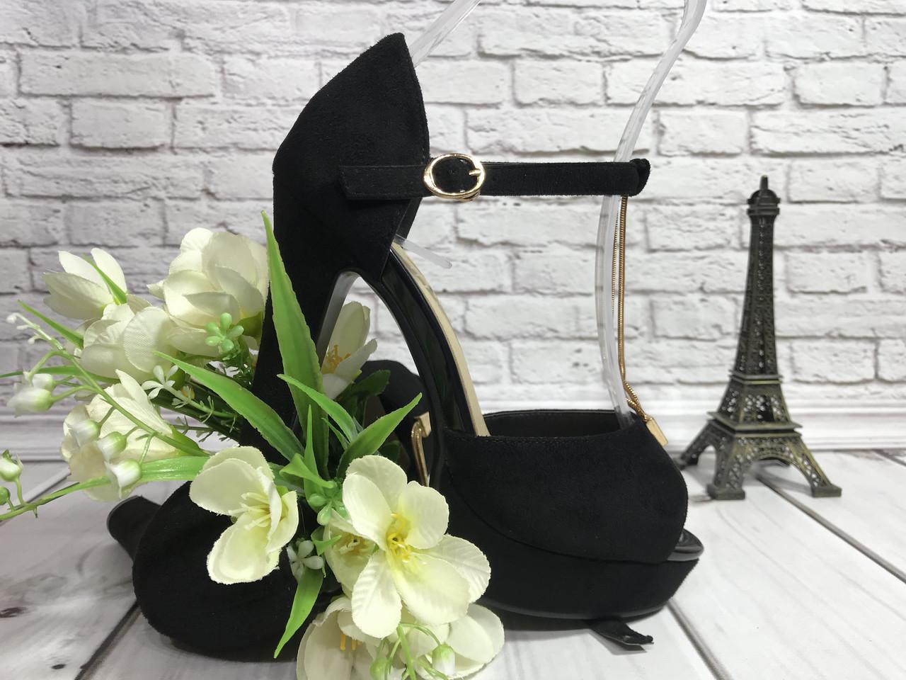 Босоножки женские на не высоком каблуке с переплетом из золотопо подъему из черной замш