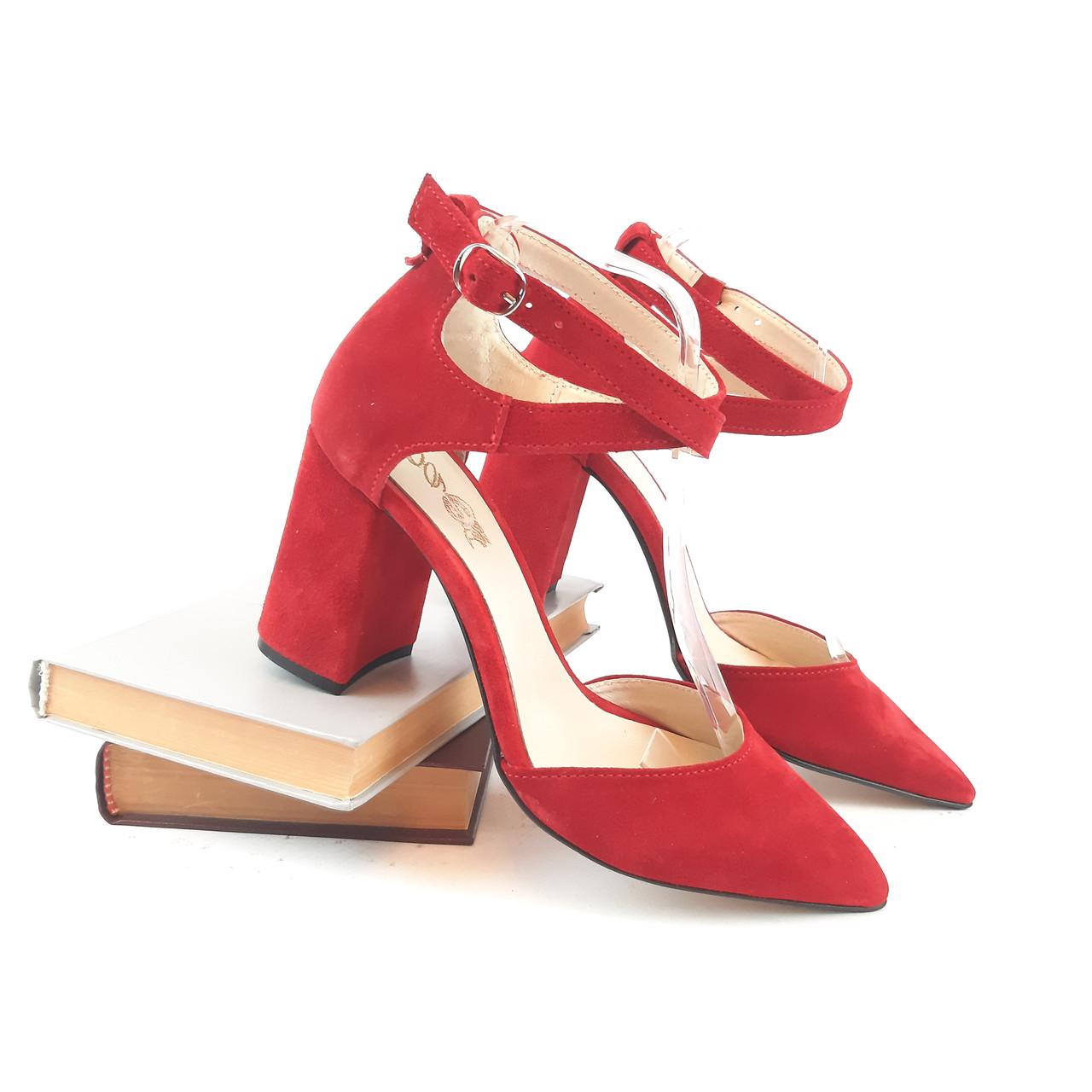 Классические женские босоножки на не высоком каблуке с закрытым носиком.