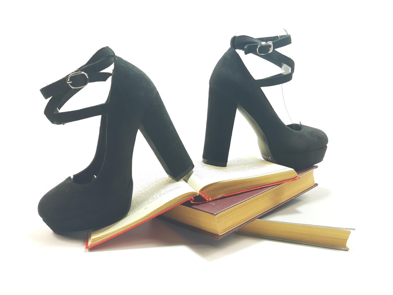Красиві жіночі туфлі на підборах з палітуркою по нозі, чорна замша.