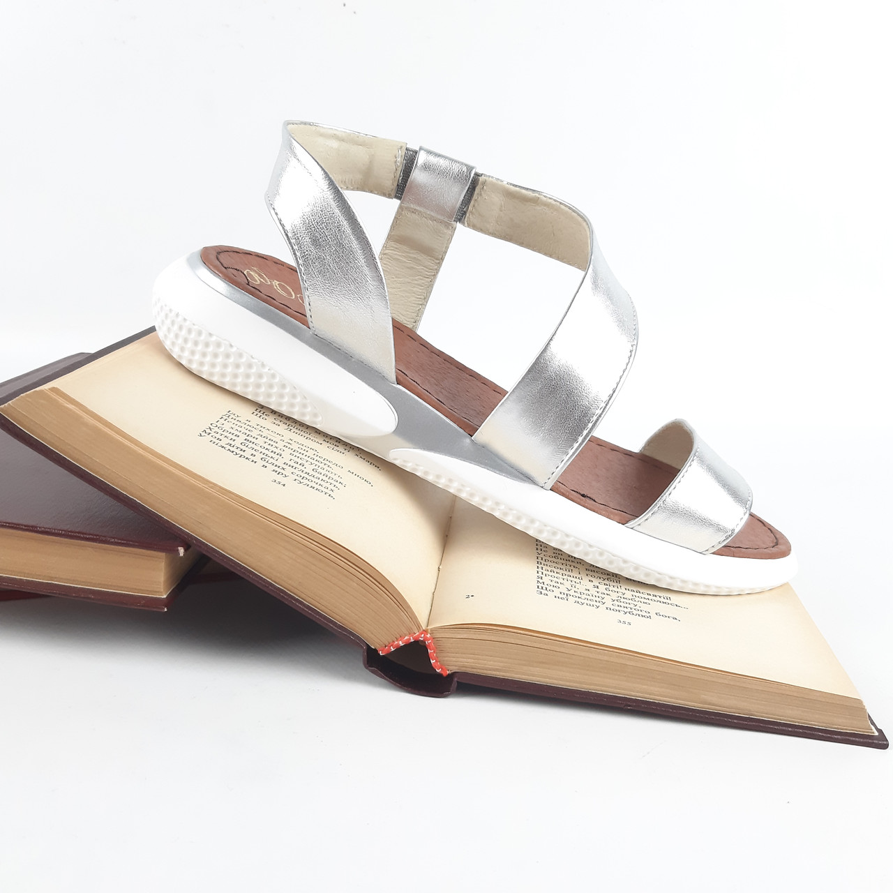 Зручні жіночі сандалі різних кольорів на резинці.