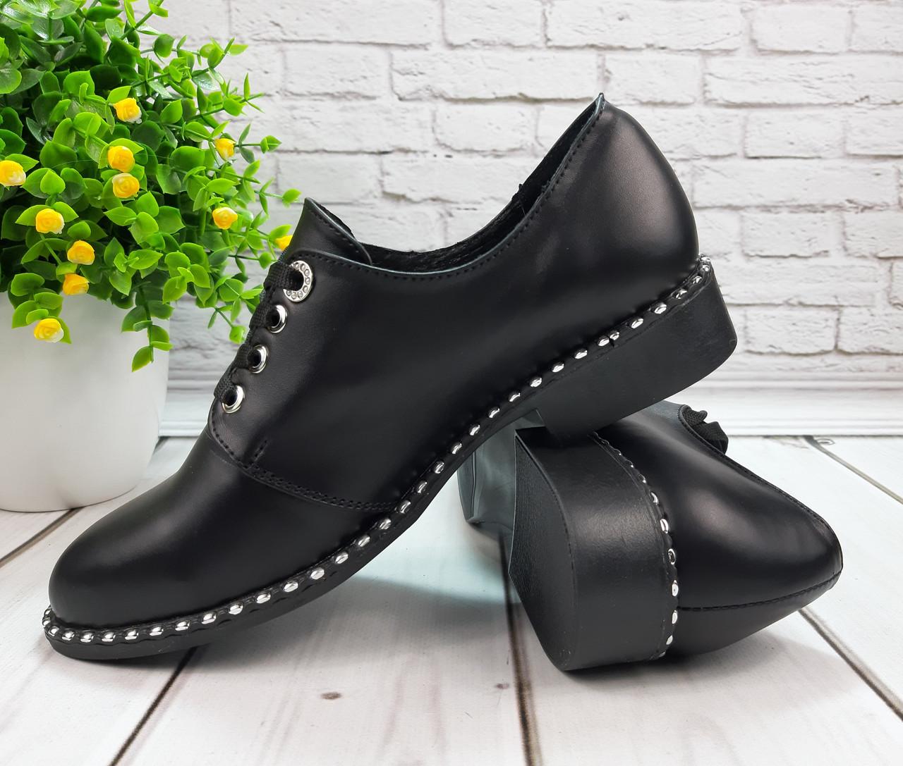 Женские туфли без каблука на шнуровке из натуральной черной кожи.