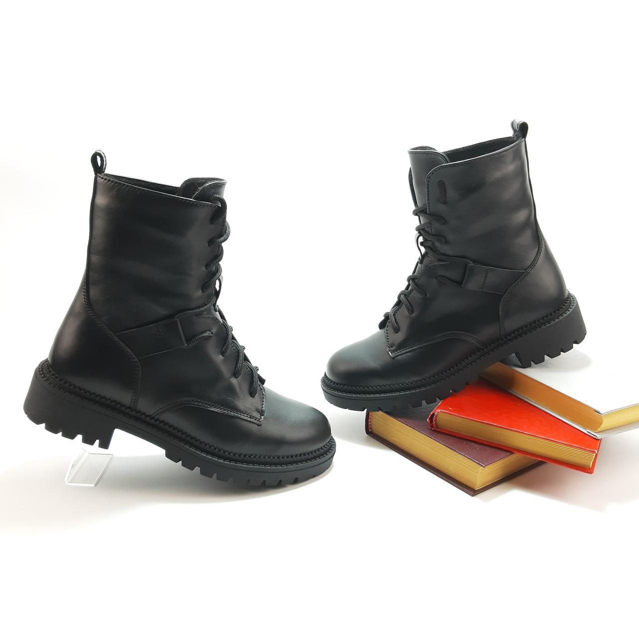 Високі черевики, берци на шнурівці в чорній шкірі або замші.