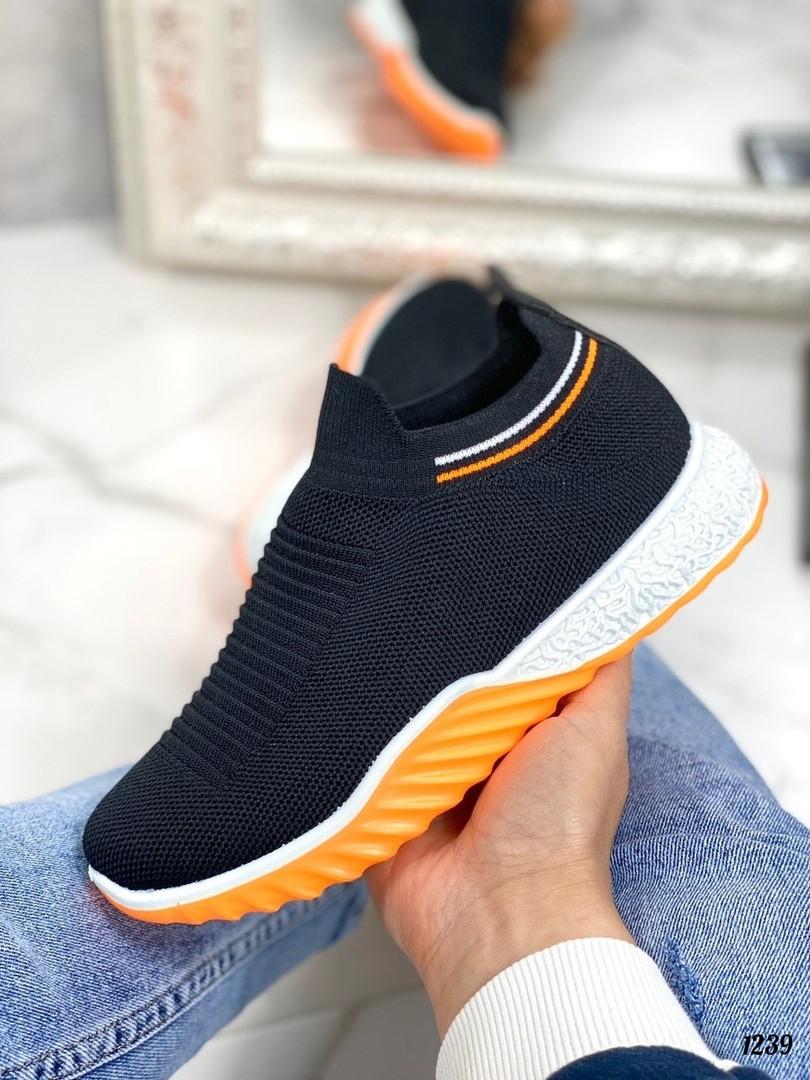 Черные кроссовки с разноцветной подошвой
