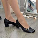 Женские кожаные туфли на невысоком каблуке декорированы брошкой., фото 6