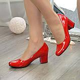 Женские красные лаковые туфли на невысоком устойчивом каблуке, фото 2
