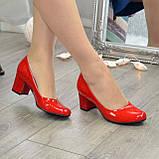 Женские красные лаковые туфли на невысоком устойчивом каблуке, фото 4