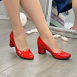 Женские красные лаковые туфли на невысоком устойчивом каблуке, фото 3