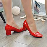 Женские красные лаковые туфли на невысоком устойчивом каблуке, фото 5