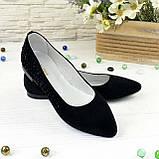 Женские замшевые туфли-балетки с заостренным носком, декорированы накаткой камней., фото 2