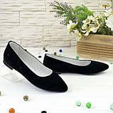 Женские замшевые туфли-балетки с заостренным носком, декорированы накаткой камней., фото 3