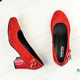 Женские замшевые туфли красного цвета на невысоком каблуке, декорированы ремешком, фото 2