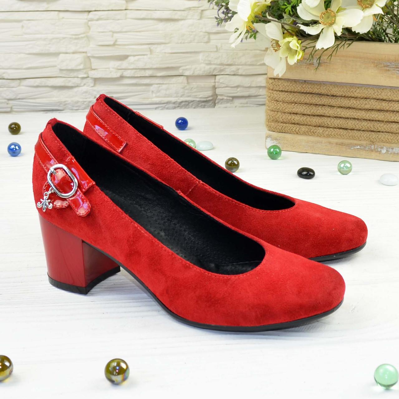 Женские замшевые туфли красного цвета на невысоком каблуке, декорированы ремешком