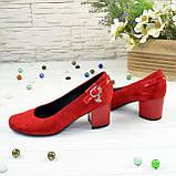 Женские замшевые туфли красного цвета на невысоком каблуке, декорированы ремешком, фото 4
