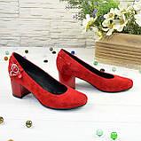 Женские замшевые туфли красного цвета на невысоком каблуке, декорированы ремешком, фото 3