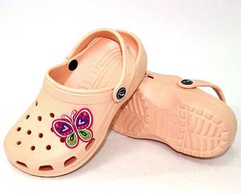 Кроксы шлепанцы для девочки с джибитсом Бабочка. Босоножки пляжные. Резиновые тапочки CROCS  (персиковые)
