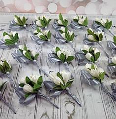 Бутоньерки из 3-х тюльпанов для гостей