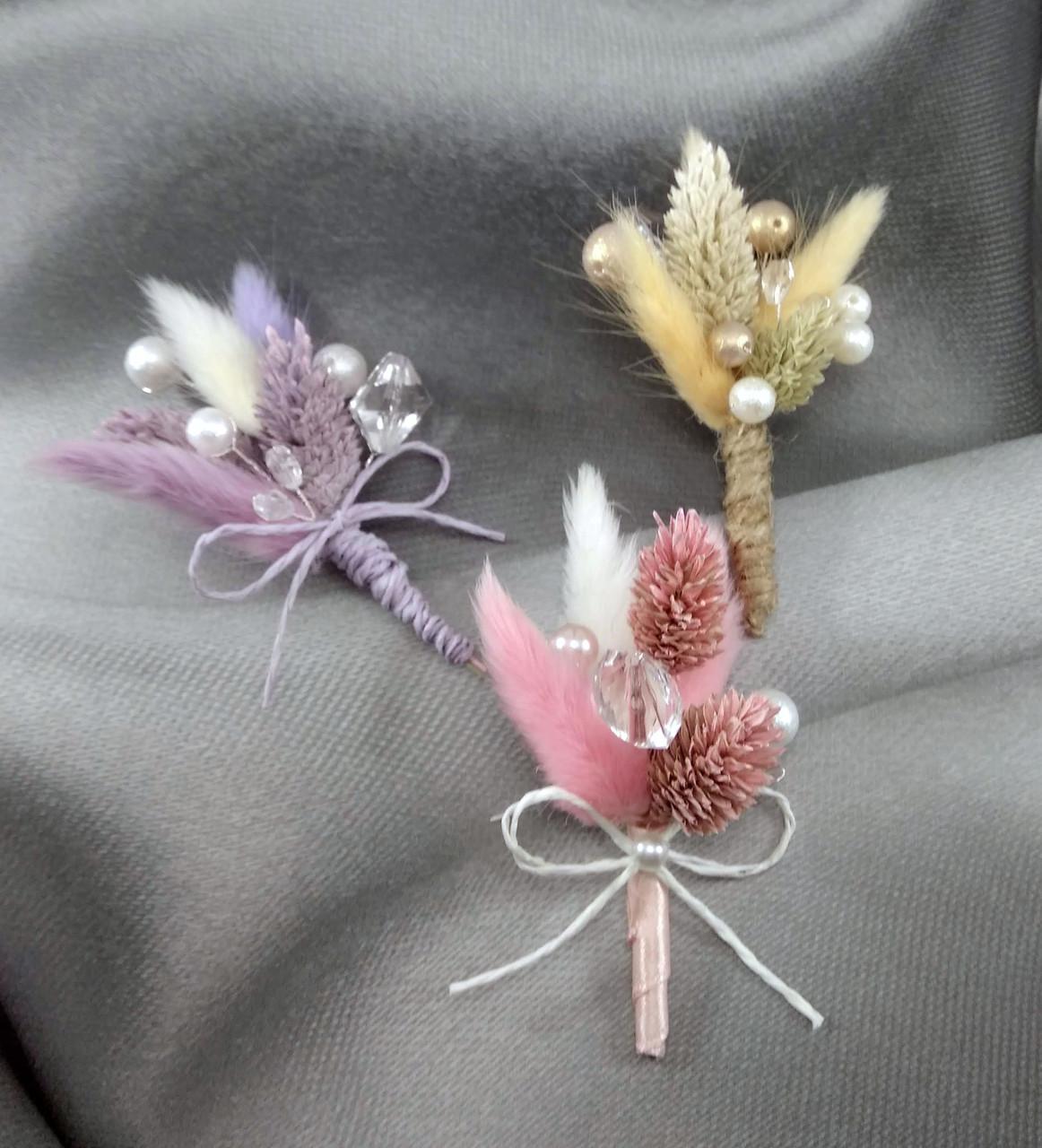 Бутоньерка из лагуруса в разных цветах
