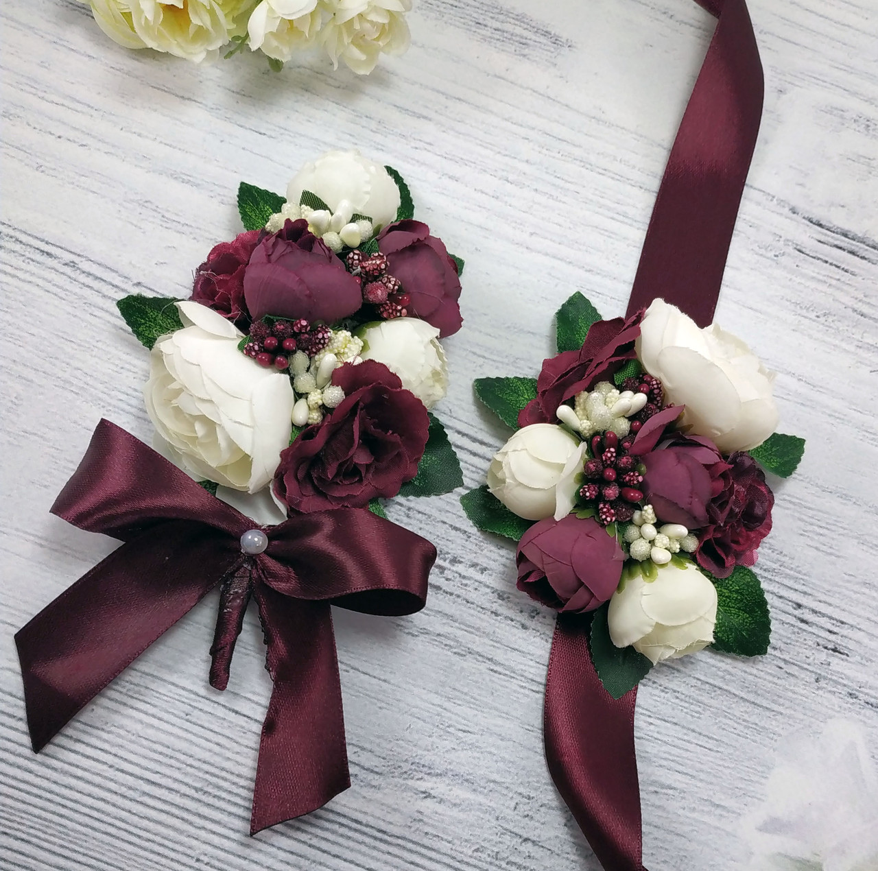 Бутоньерка для жениха и браслет для невесты в цвете марсала