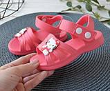 Босоножки кроксы для девочки из пены. Сандалии аквашузы Hello Kitty пляжные цельнолитные CROCS  (красные), фото 2