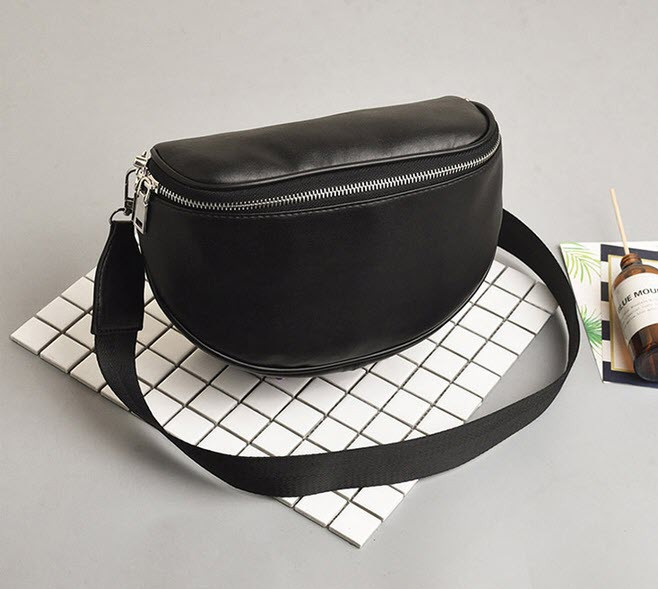 Стильна чорна сумка на ремінці оригиального дизайну