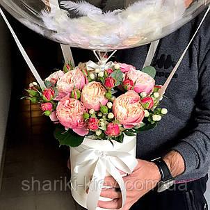 Букет в коробочке с цветами и Шар Баблс с индивидуальной надписью и перьями Пионовидные Розы, фото 2