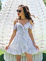 Летнее короткое платье с открытыми плечами на бретелях белое в черный горошек