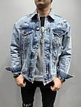 Мужская джинсовая куртка голубая рваная с принтом на спине, фото 2