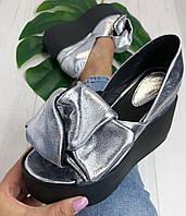 Кожаные женские туфли серебро с бантом на черной платформе открытый носок Charisma