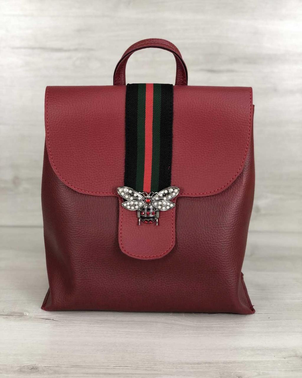 Красный женский рюкзак с брошкой