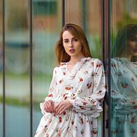 Очаровательное стильное  платье свободного силуэта с завышенной линией талии и оборкой в шве