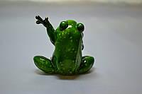 Лягушка. С поднятой левой лапкой