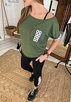 Женский брючный костюм с зауженными штанами и свободной футболкой на одно плечо 52KO669, фото 1