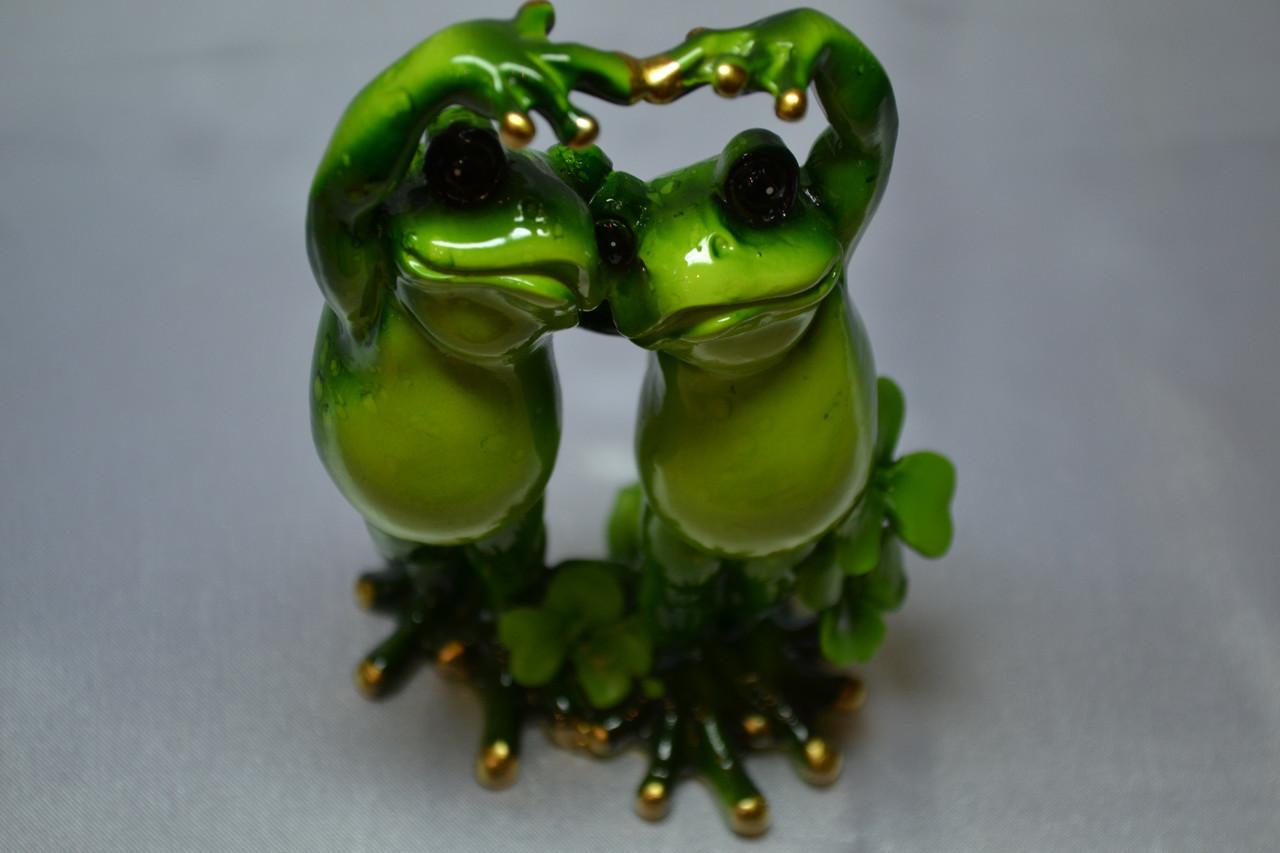 Лягушки. Влюбленная пара