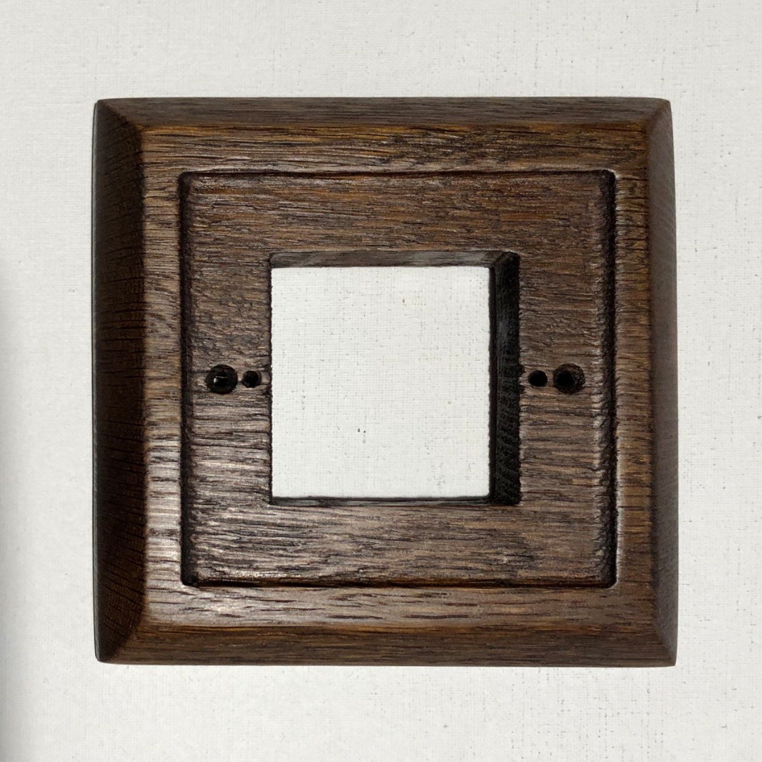Рамка 4-місцева дубова для монтажу розеток і вимикачів прихованого монтажу.
