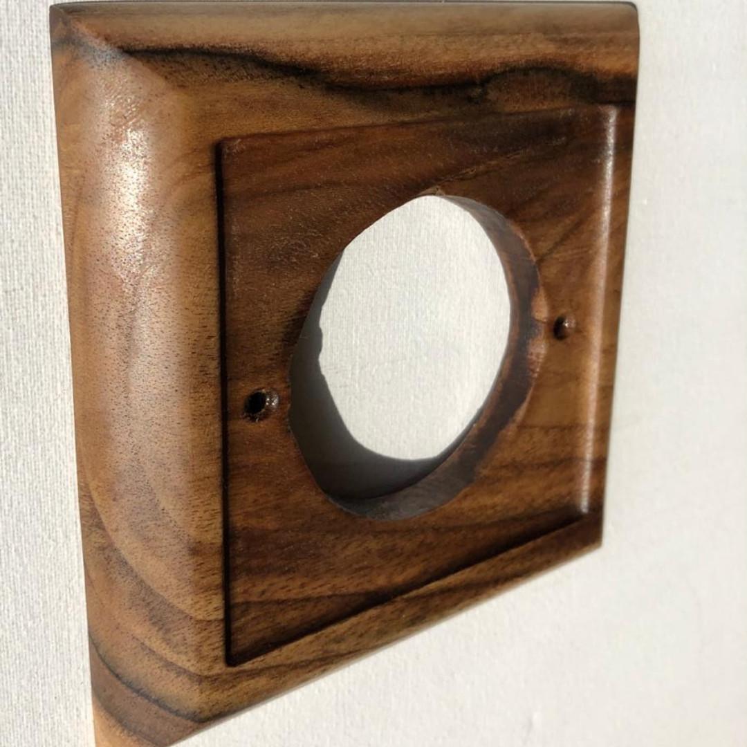 Рамка 1-місцева горіхова для монтажу розеток і вимикачів прихованого монтажу.