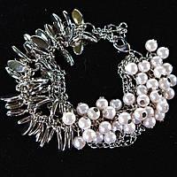 Браслет женский на цепочке с белыми жемчужинами и металлическими каплями светлый металл