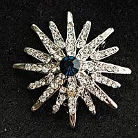 [38/38 мм] Брошь светлый металл сияющая звезда со стразами и крупным синим камнем по центру
