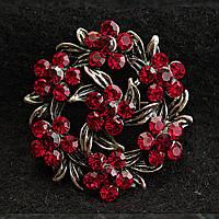 [35/35 мм] Брошь темный металл круглая, сплетенные лепестки, цветы в красных камнях купить оптом в интернет