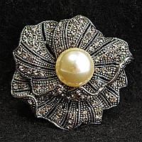 [42/42 мм] Брошь металл под капельное серебро Цветок со стразами и светлой жемчужиной