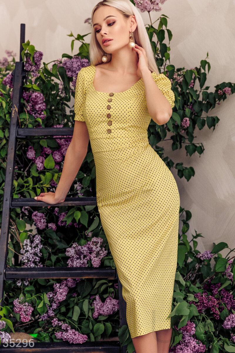 Платье-футляр длины миди в горошек желтое