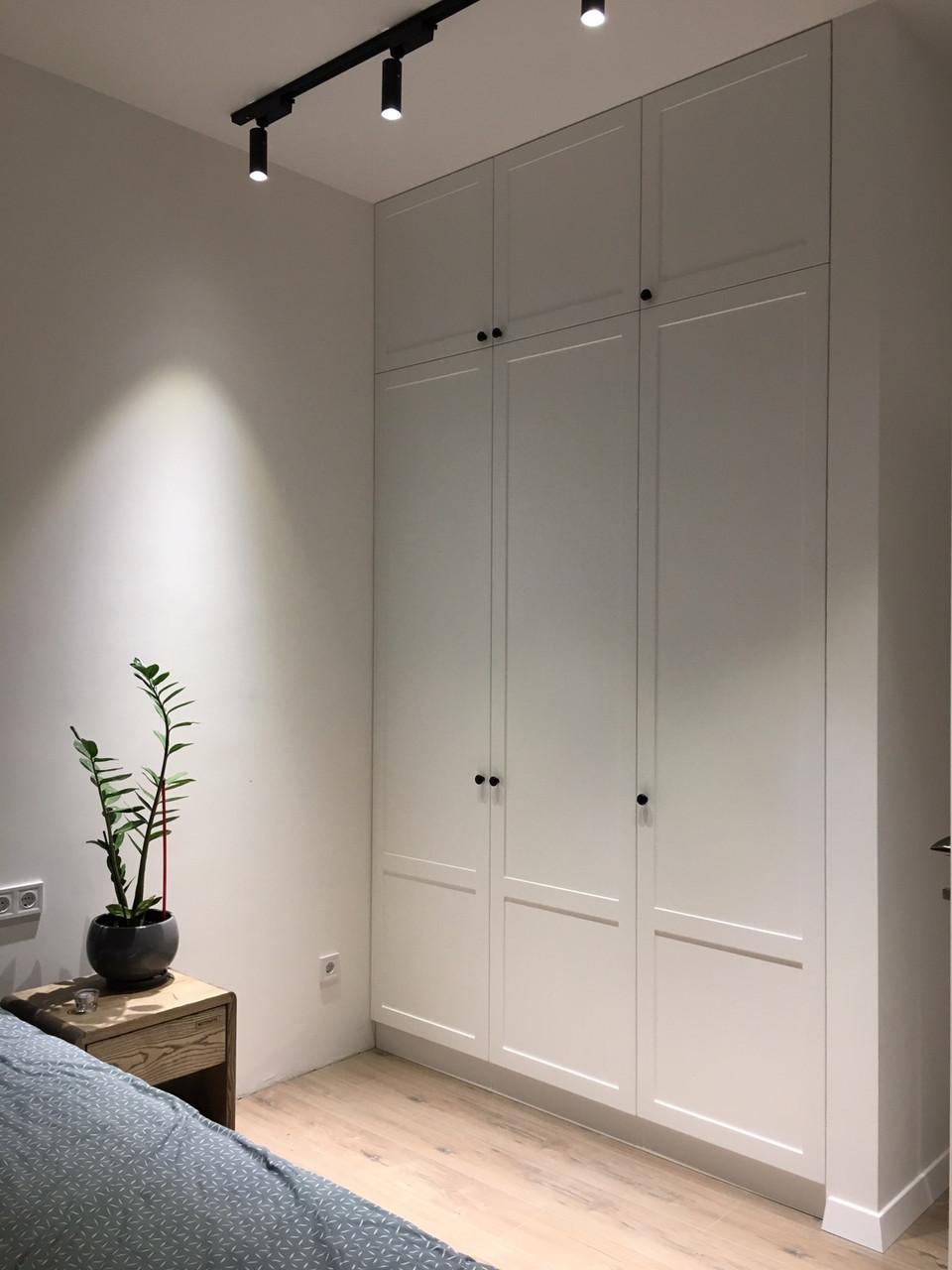 Белый встроенный шкаф в стиле современная классика