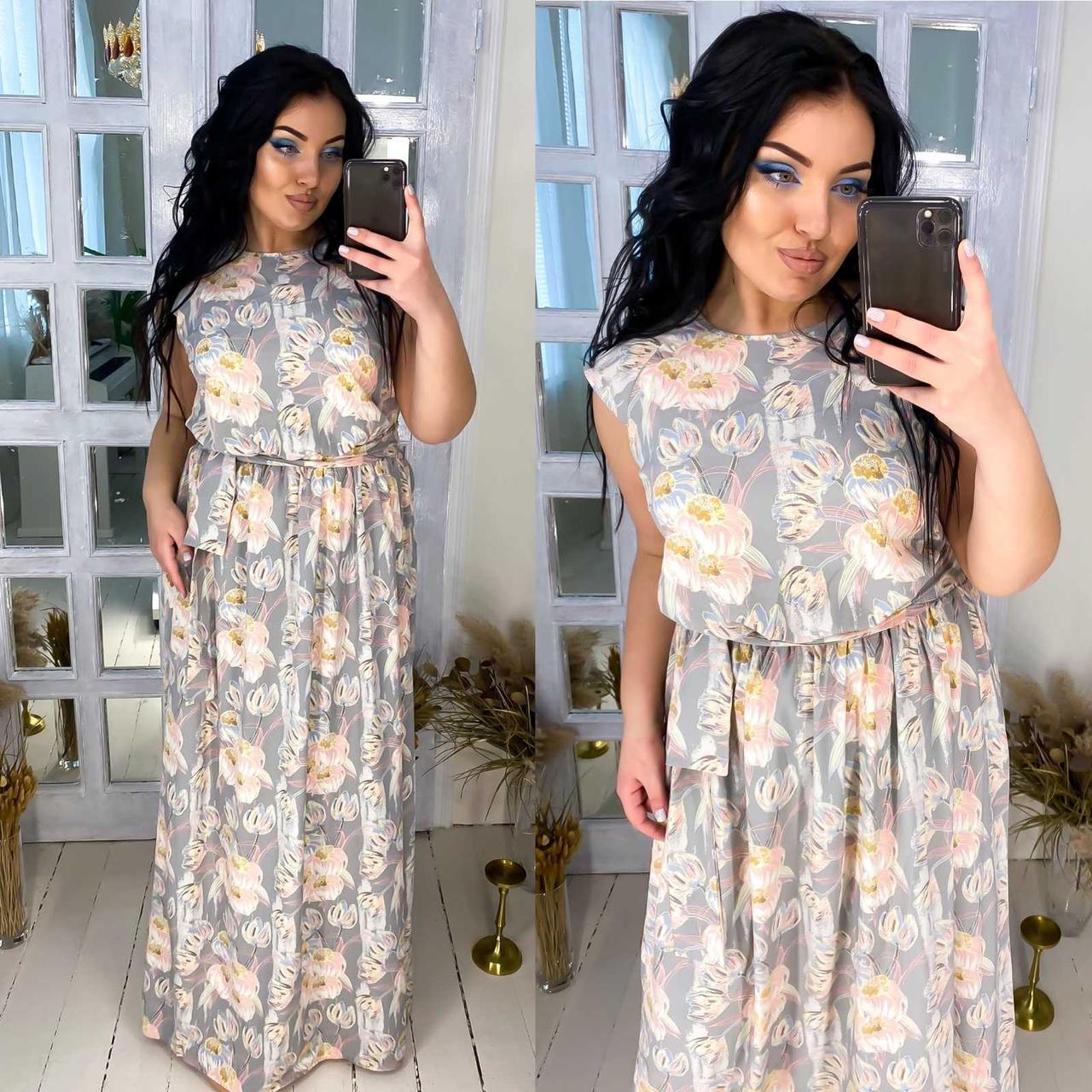Модное красивое женское длинное платье нежного цвета.