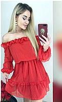 Красное платье с открытыми плечами и оборками