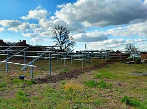 Мережевий інвертор та шафа захисту на опорах ферм.