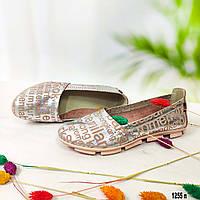 Женские кожаные мокасины серебристого цвета с буквами, фото 1