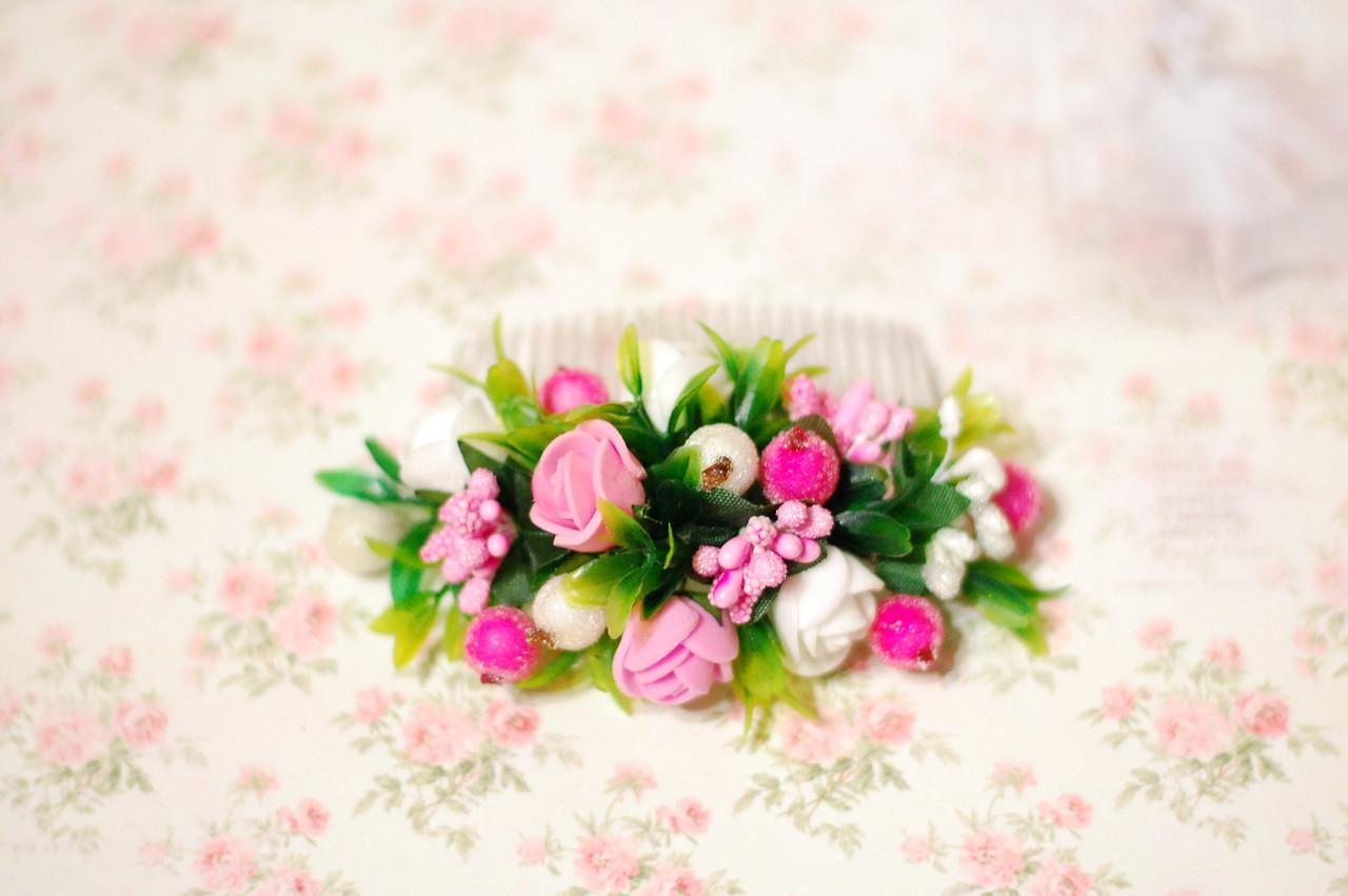Гребень с цветами и зеленью бело-розовый