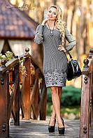 Платье классического приталенного силуэта с длинными рукавами и широкими манжетами. Крупные цветы по подолу, фото 1