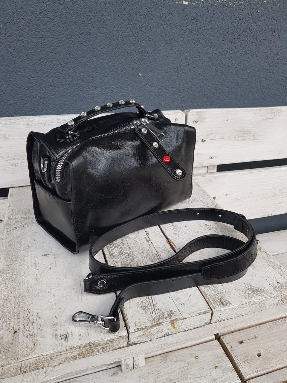 Кожаная женская сумка размером 26x14x15 см Черная