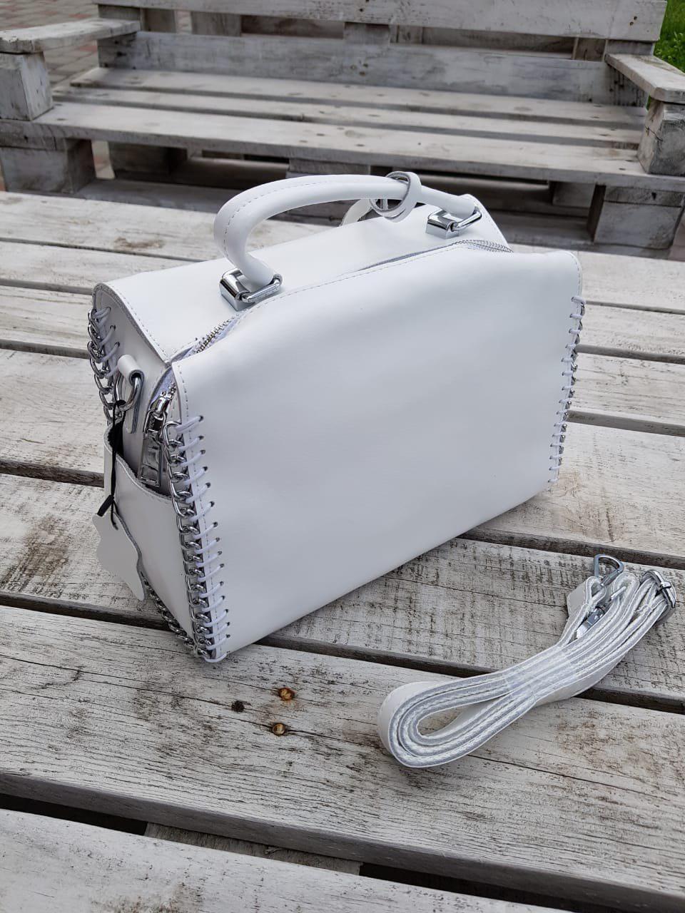 Кожаная женская сумка размером 27x17x14 см Белая