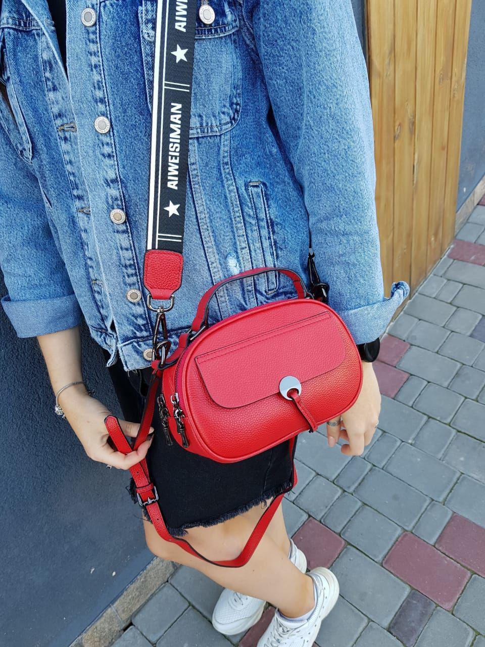 Кожаная женская сумка размером 14х22 см Красная